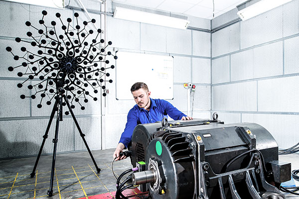 TSA employee at measurement of sound and vibration of an electric motor